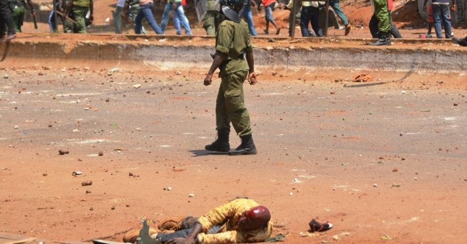 27.fev.2013 - Ao menos 130 pessoas ficaram feridas, incluindo 68 policiais, durante um protesto nesta quarta-feira (27) em Conakry, capital da Guiné. Os manifestantes exigem transparência nas eleições legislativas previstas para o dia 12 de maio