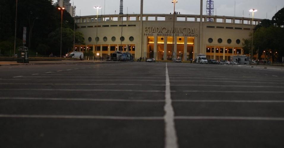 27.fev.2013 - Arredores do Pacaembu não recebe torcedores antes do duelo entre Corinthians e Millonarios