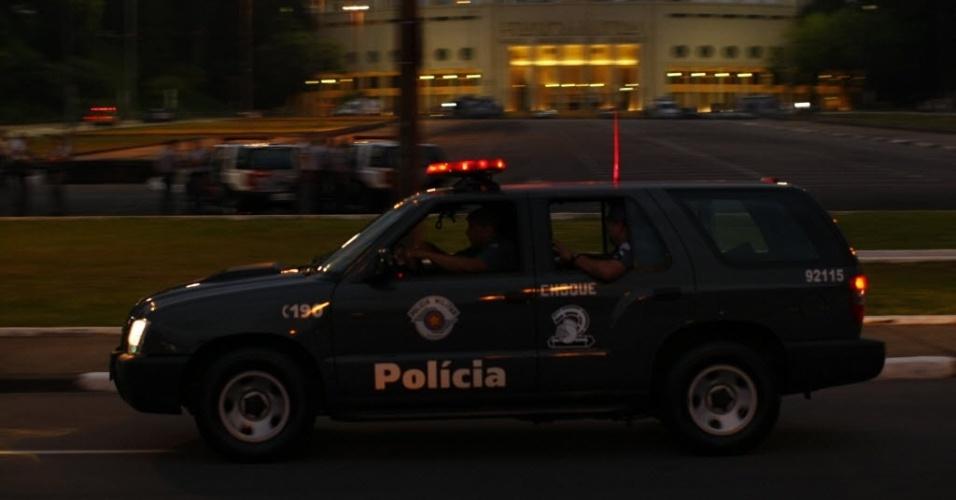 27.fev.2013 - Policiais fazem ronda no Pacaembu antes de jogo entre Corinthians e Millonarios