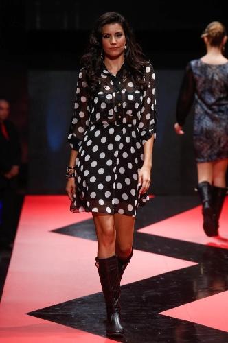 27.fev.2013 - As bolinhas são um clássico que nunca saem de moda, como no vestido transparente da Maria Amora