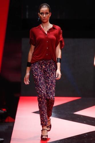 27.fev.2013 - As calças com estampa floral, como a da Canoni, estão na moda e ajudam a levantar o look e deixá-lo mais divertido