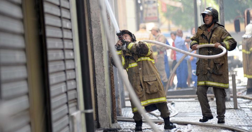 27.fev.2013 - Bombeiros controlam fogo em prédio na rua Luiz de Camões, no centro do Rio de Janeiro, na manhã desta quarta-feira (27). Não foram divulgadas informações sobre possíveis feridos e as causas do incêndio