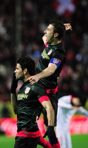 27.fev.2013 - Brasileiro Diego Costa (esq) comemora gol do Atlético de Madri sobre o Sevilla, pela Copa do Rei