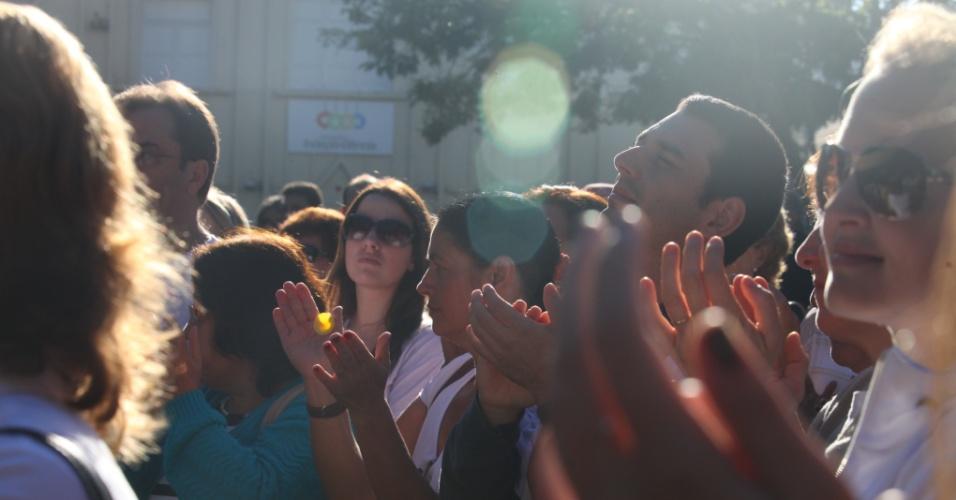 """27.fev.2013 - Centenas de amigos e parentes de vítimas do incêndio na boate Kiss, em Santa Maria (RS), se reuniram na manhã desta quarta-feira (27), dia em que a tragédia completa um mês, para fazer """"um minuto de barulho"""", com uma salva de palmas e um buzinaço pelas ruas da cidade. O ato terminou com um Pai-Nosso coletivo rezado no centro da praça da cidade"""