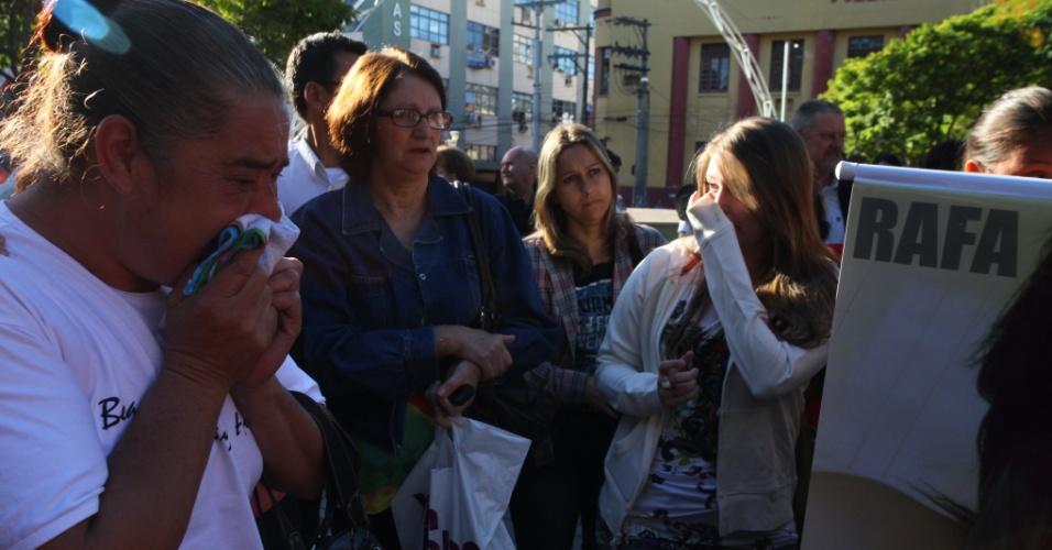 27.fev.2013 - Centenas de amigos e parentes de vítimas do incêndio na boate Kiss, em Santa Maria (RS), se reuniram na manhã desta quarta-feira (27), dia em que a tragédia completa um mês, para fazer
