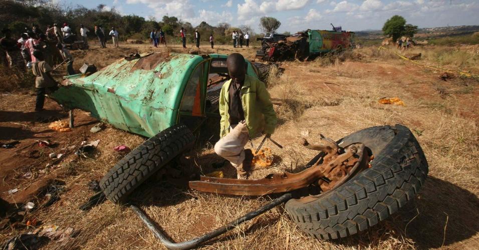 27.fev.2013 - Criança anda entre destroços de ônibus no Quênia. Nesta quarta-feira (27), um acidente no país africano matou pelo menos 35 pessoas e deixou outras 50 feridas, quando o ônibus no qual viajavam perdeu o controle
