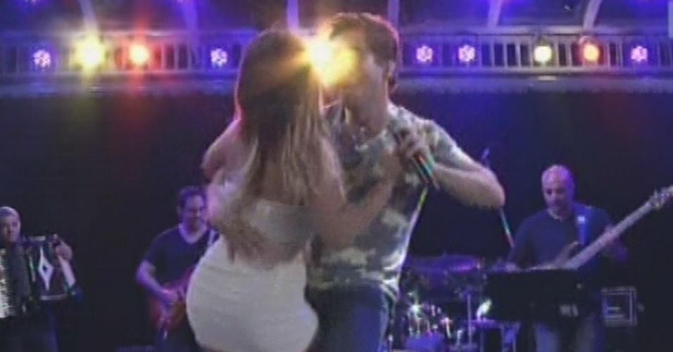 27.fev.2013 - Daniel puxa Anamara para dançar com ele durante a festa Flores