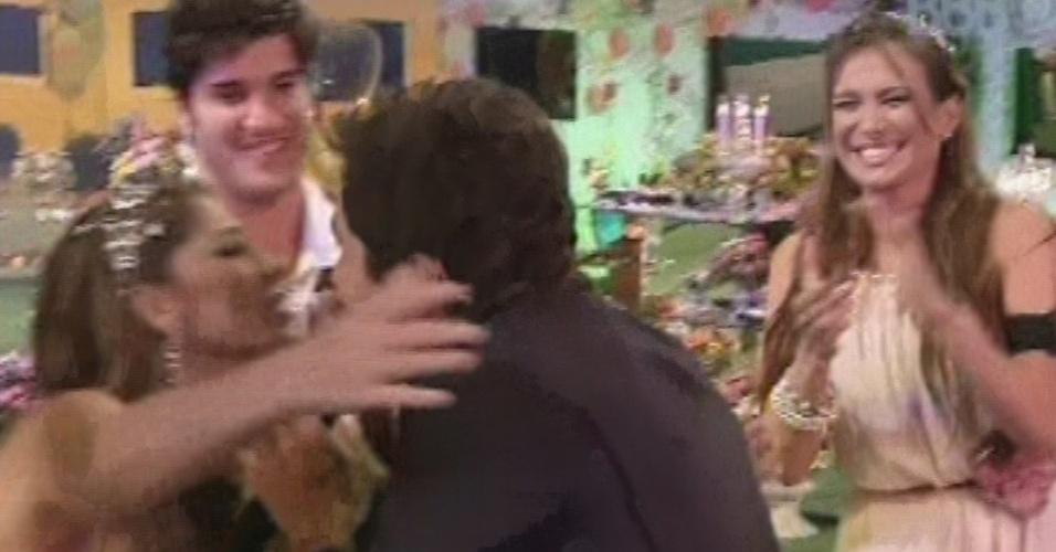 27.fev.2013 - Daniel cumprimenta Anamara na festa Flores