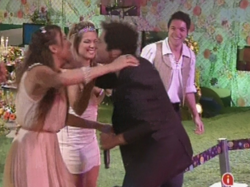 27.fev.2013 - Daniel cumprimenta Kamilla e Fani ao se apresentar na festa Flores