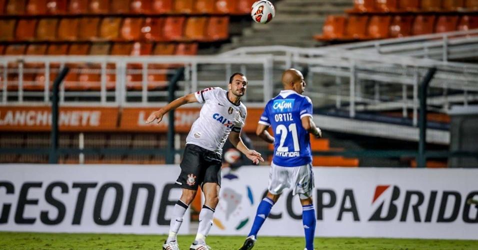 27.fev.2013 - Danilo ajeita bola de cabeça na partida entre Corinthians e Millonarios no Pacaembu