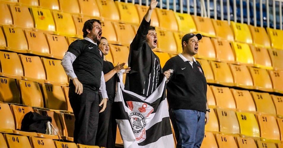 27.fev.2013 - Dentro do estádio praticamente vazio, quatro torcedores incentivam o Corinthians contra o Millonarios