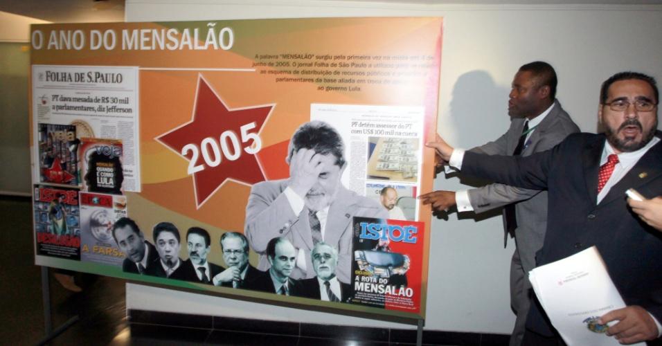 27.fev.2013 - Deputado Amaury Ribeiro (PT-BA) retira placa sobre o mensalão de corredor da Câmara dos Deputados. A placa foi colocada por lideranças do DEM em frente a painel sobre os 33 anos do PT, em ato de crítica aos petistas. A confusão quase terminou em confronto físico