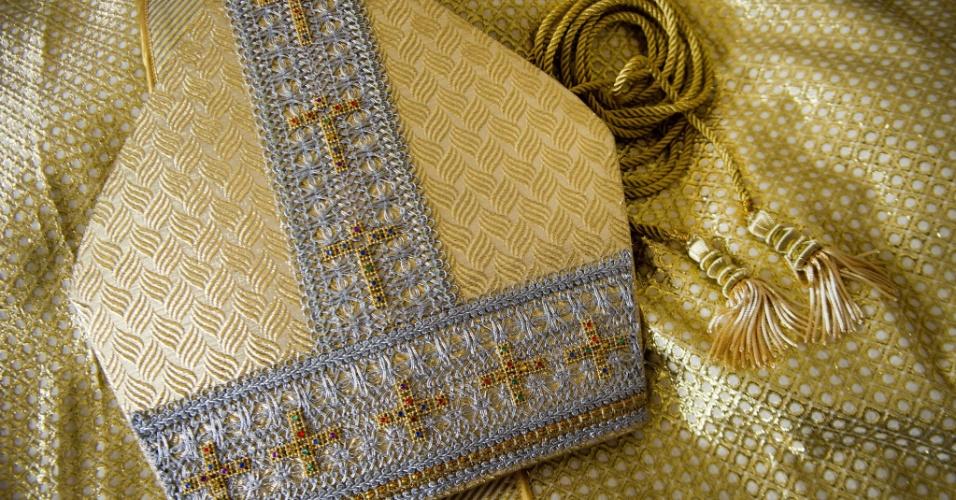27.fev.2013 - Detalhe de um dos trajes religiosos feitos pelo alfaiate Luis Abel Delgado. O colombiano foi escolhido pelo Vaticano para fazer as vestimentas do próximo papa