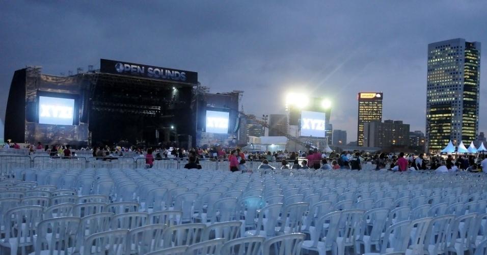 27.fev.2013 - Fãs começam a chegar para o show de Elton John no Jockey Club de São Paulo