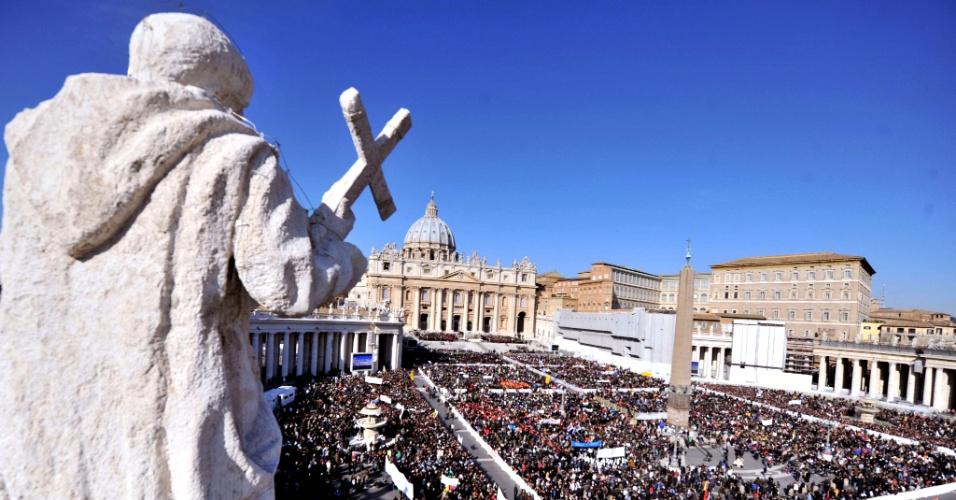 27.fev.2013 - Fiéis ocupam a praça de São Pedro, no Vaticano, momentos antes da última audiência do Papa Bento 16, nesta quarta-feira (27)