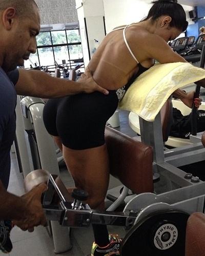 27.fev.2013 - Gracyanne Barbosa faz exercícios na flexora em pé para trabalhar os músculos da coxa. A morena faz de 15 a 8 repetições neste aparelho