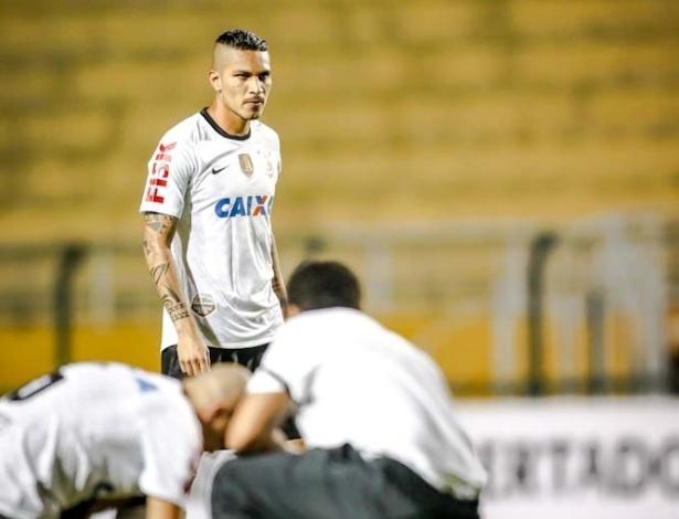 27.fev.2013 - Guerrero entra no estádio vazio para o jogo entre Corinthians e Millonarios