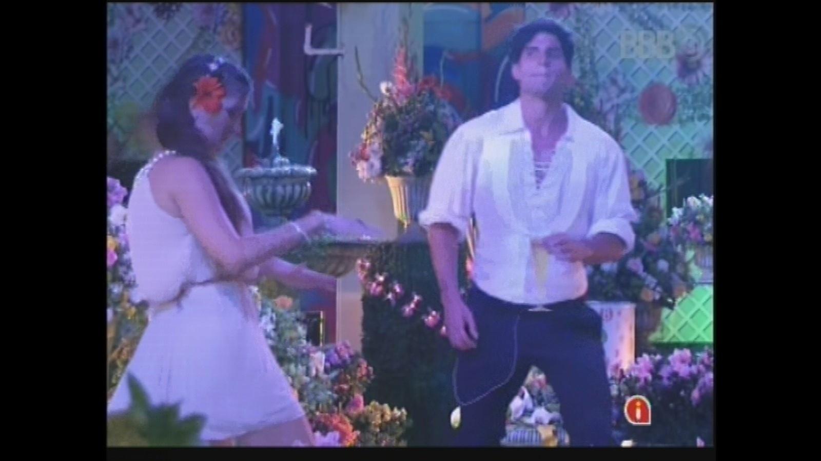 27.fev.2013 - Kamilla dança com André na festa Flores