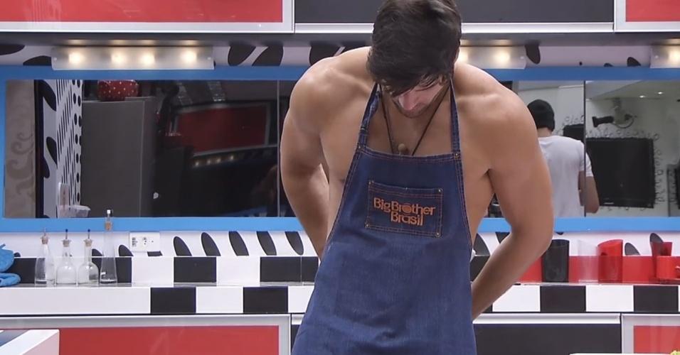 27.fev.2013 - Marcello veste o avental para ajudar na cozinha