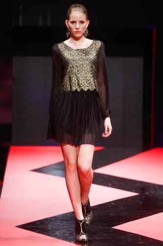 27.fev.2013 - No Brás é possível encontrar looks para festa, como este vestido de manga comprida com parte de cima dourada e saia plissada transparente, da Ekolos