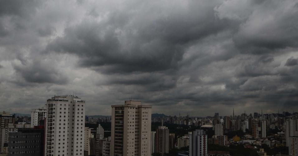 27.fev.2013 - Nuvens de chuva deixam escura a região da Vila Mariana, na zona sul de São Paulo