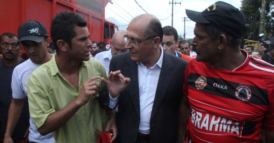 27.fev.2013 - O governador de São Paulo, Geraldo Alckmin (PSDB), visitou nesta quarta-feira (27) o bairro Água Fria, em Cubatão (SP), um dos mais atingido pelo temporal da última sexta-feira (22). Durante a visita, Alckmin prometeu auxílio-moradia imediato, no valor de R$ 400