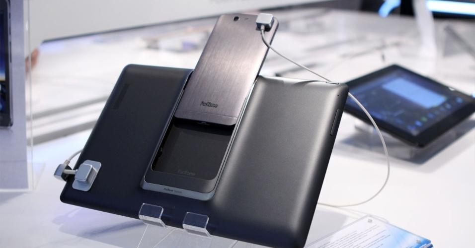 27.fev.2013 - O Padfone Infinity, da Asus, é um smartphone que tem como 'acessório' um tablet. O celular tem tela de 5 polegadas, processador quad-core (de 4 núcleos) de 1,7 GHz e uma câmera de 13 megapixels. Quando o telefone é conectado à parte traseira do acessório Padinfinity Station, ele se transforma no ?cérebro? do aparelho com 10,1 polegadas. De acordo com a Asus, o telefone tem autonomia de aproximadamente 10 horas; quando conectado ao ?tablet?, a bateria pode chegar a 19 horas. A novidade será lançada ainda no primeiro semestre, por preço sugerido de 999 euros (cerca de R$ 2.590)