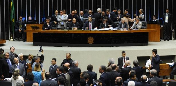 A Câmara dos Deputados aprovou projeto que acaba com o pagamento de 14º e 15º salário a parlamentares; atualmente, eles recebem 15 salários, cada um de R$ 26,7 mil, por ano