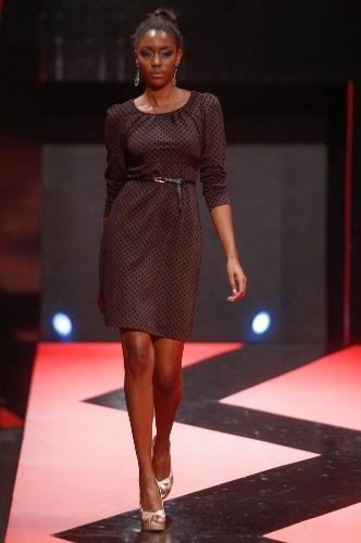 27.fev.2013 - O vestidinho da Cehiq é uma boa opção para mulheres comportadas. O look tem decote fechado, mangas compridas e estampa discreta de bolinhas