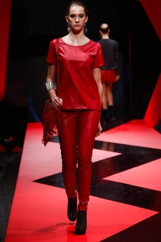 27.fev.2013 - Os conjuntinhos estão em alta! A E-zone apresentou um moderno look com calça e camiseta da mesma cor e mesmo material