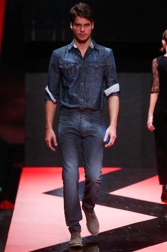 27.fev.2013 - Os looks masculinos jeans com jeans como o da Lemier estão na moda!