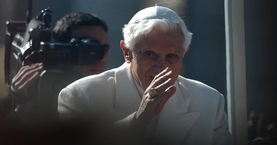 27.fev.2013 - Papa Bento 16 acena para fiéis ao chegar na praça São Pedro, no Vaticano, onde fará seu último sermão como líder da Igreja Católica