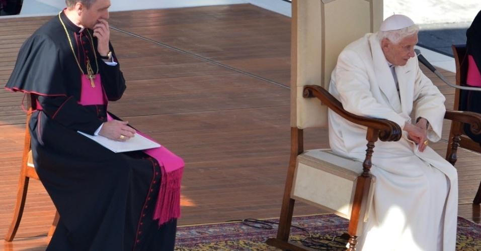 27.fev.2013 - Papa Bento 16 (direita) faz o último sermão na praça de São Pedro, no Vaticano, ao lado de seu secretário, Georg Gaenswein