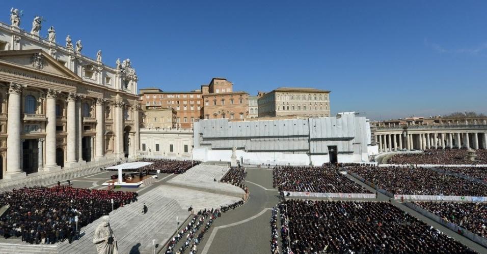 27.fev.2013 - Papa Bento 16 (esquerda) faz seu último sermão como líder da Igreja Católica, na praça de São Pedro, no Vaticano