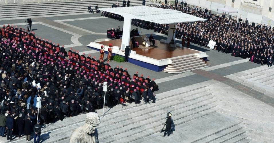 27.fev.2013 - Papa Bento 16 faz seu último sermão como líder da Igreja Católica, na praça de São Pedro, no Vaticano