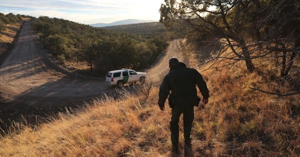 27.fev.2013 - Policial de fronteira dos EUA caminha até seu veículo, na divisa do país com o México, em área próxima do Estado do Arizona