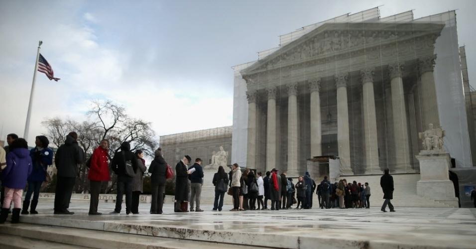 27.fev.2013 - Público faz fila do lado de fora do prédio da Corte Suprema dos EUA, em Washington