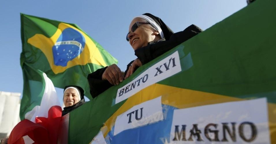27.fev.2013 - Religiosas brasileiras esperam chegada do papa Bento 16 ao Vaticano, onde o religioso fará nesta quarta-feira (27) seu último sermão como chefe da Igreja Católica