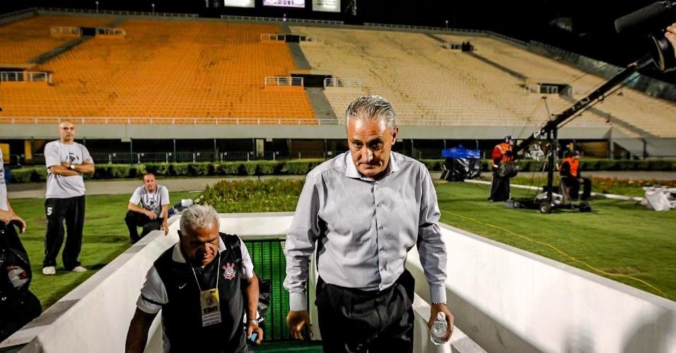 27.fev.2013 - Tite entra no Pacaembu vazio para o jogo entre Corinthians e Millonarios
