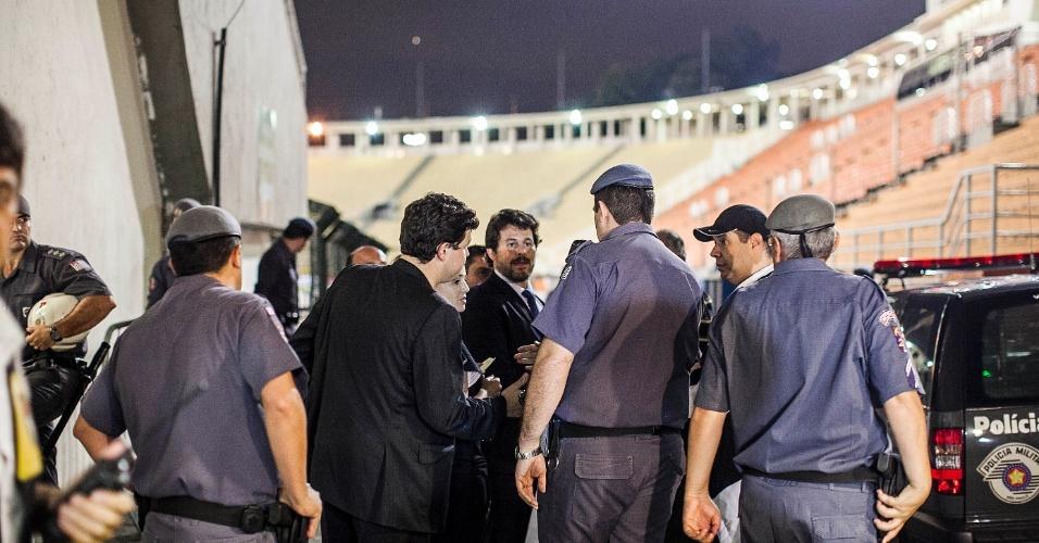 27.fev.2013 - Torcedores do Corinthians apresentam liminar antes da entrada no Pacaembu