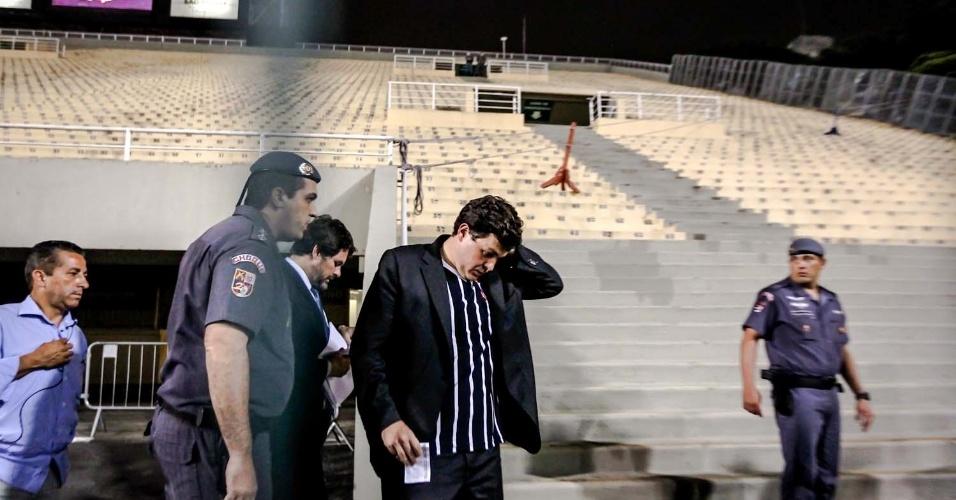 27.fev.2013 - Torcedores, que conseguiram liminar para entrar no jogo, entram no Pacaembu