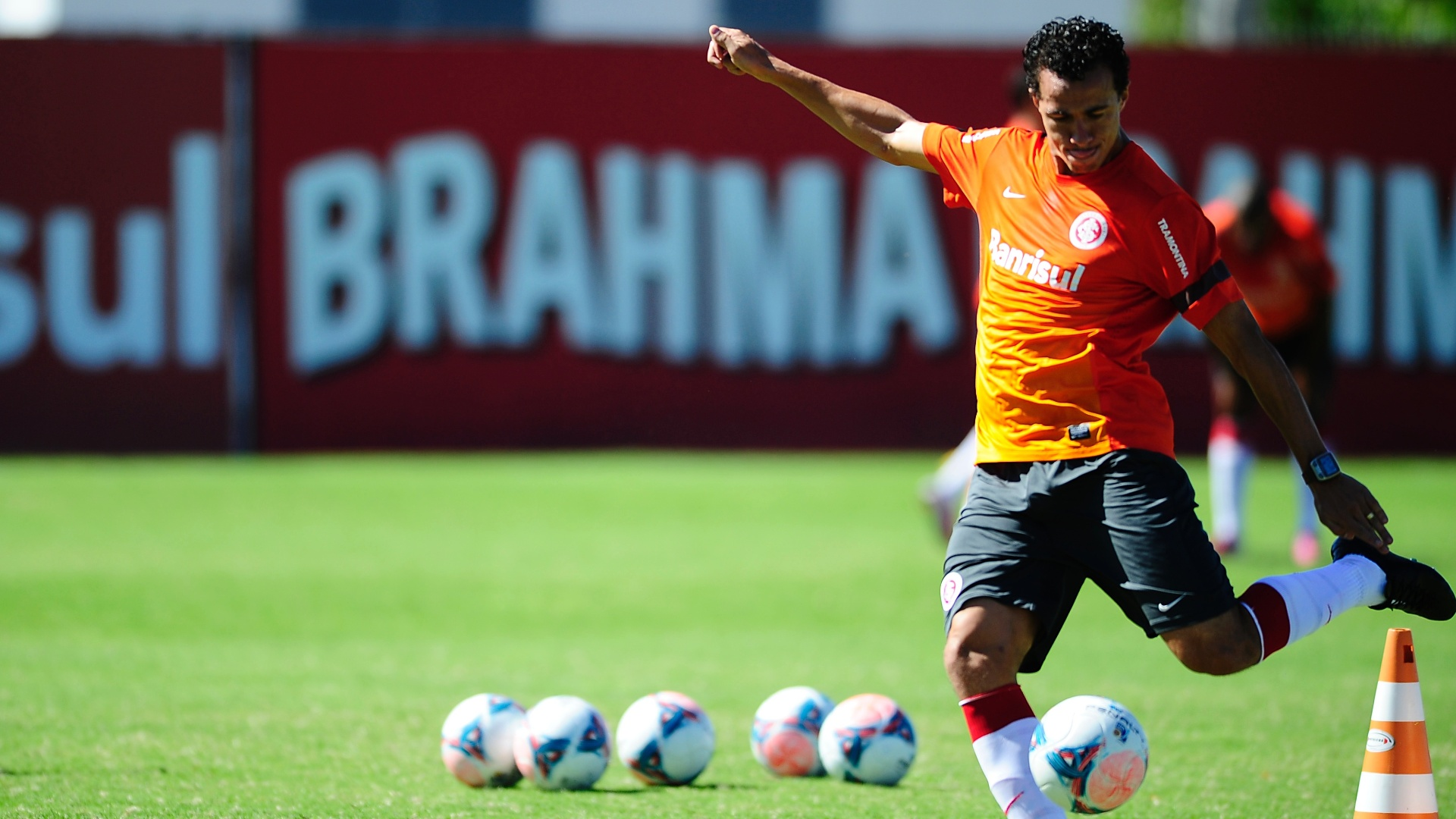 Centroavante Leandro Damião em treino do Inter no CT do Parque Gigante (27/02/2013)