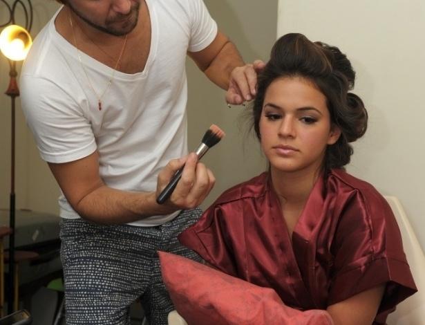 fev.2013 - Bruna Marquezine é maquiada antes de posar para a nova coleção de jeans da grife