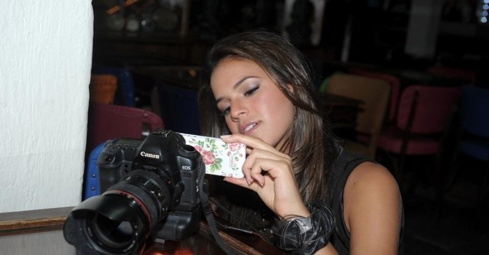 fev.2013 - Bruna Marquezine observa as fotos de seu ensaio para a nova coleção de jeans da grife