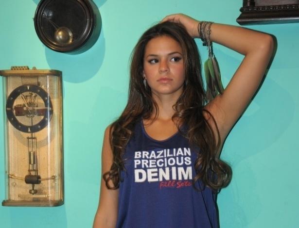 fev.2013 - Cercada por relógios antigos, Bruna Marquezine posa para a nova coleção de jeans da grife