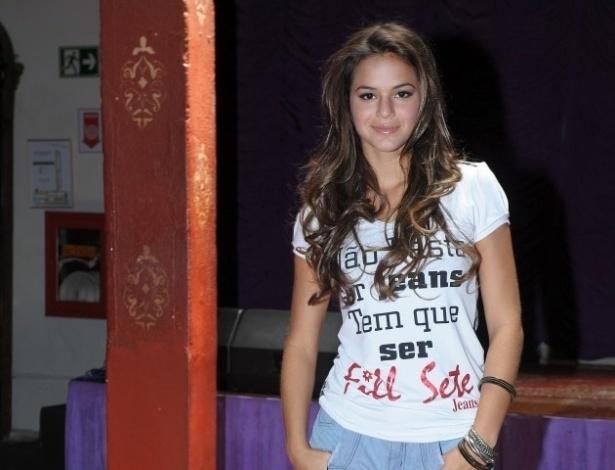 fev.2013 - Com um short curto, Bruna Marquezine posa para a nova coleção de jeans da grife