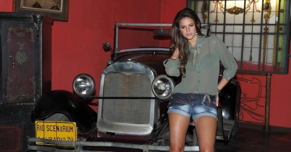fev.2013 - Enconstada em carro antigo, Bruna Marquezine posa para a nova coleção de jeans da grife