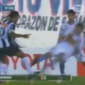 Ronaldinho sofre entrada violenta de argentino e pnalti  marcado para o Atltico-MG