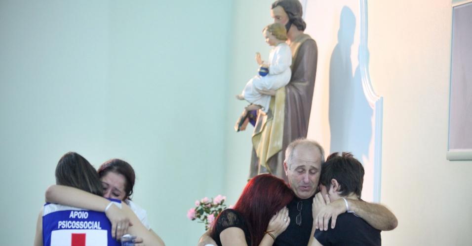 27.fev.2013 - Familiares e amigos das vítimas do incêndio na boate Kiss, em Santa Maria (RS), comparecem a missa na Igreja Nossa Senhora de Fátima, em memória das vitimas da tragédia que completou um mês nesta quarta-feira (27)