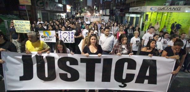 """<a href=""""http://noticias.uol.com.br/album/2013/02/04/incendio-em-boate-de-santa-maria-rs.htm#fotoNavId=pr9909388""""><u>Familiares e amigos das vítimas do incêndio pedem por Justiça em ato que lembra um mês da tragédia</u></a>"""